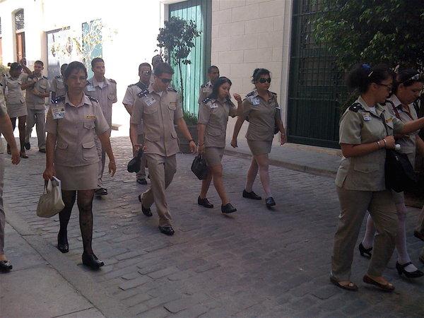 La Havane, pause déjeuner pour les employés des douanes 2010