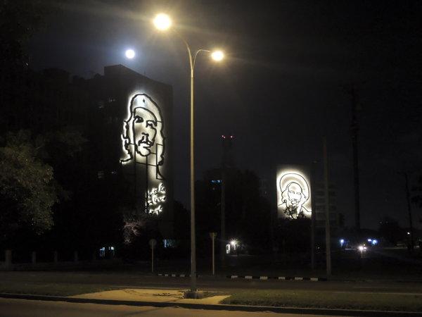 La Havane, Che Guevara et Camilo Cienfuegos rivalisent avec l'éclairage public à la sortie du Teatro Nacional 2015
