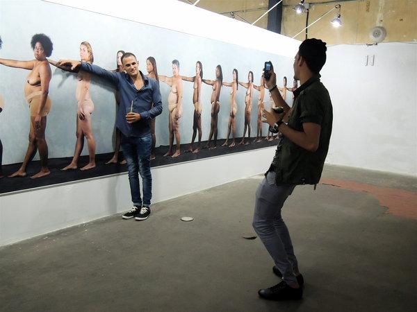 """Fabrica de Arte Cubano, selfies dans l'expo d'Enrique Rottenberg """"Nadie sabe lo que puede un cuerpo"""" nochevieja 2014"""