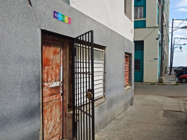 La Havane, entrée du club Humboldt 52, à deux pas de la Rampa, 2015