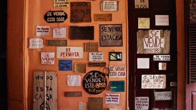 """Se vende esta casa, œuvre de Nestor Siré dans l'exposition La Madre de todas las Artes, Centro Wifredo Lam, La Havane 2015. Ou """"De la résidence d'artiste considérée comme une permutation"""" ?"""