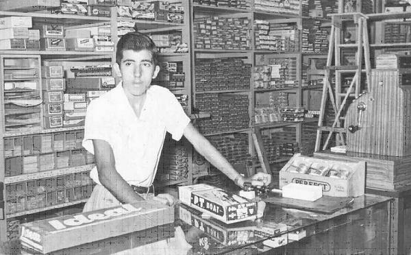 Bebo empleado en la tienda Hobby Center calle O'Reilly. Années 50, droits réservés.