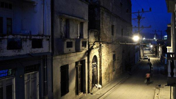 Santiago de Cuba, nuit, façade arrière du Ciné Teatro Oriente 2015