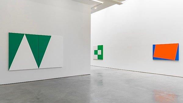Carmen Herrera, vue des salles de la Lisson Gallery, NY, 2016.