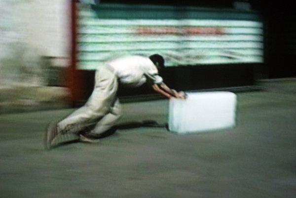 Francis Alÿs, A veces el hacer algo no lleva a nada (parfois faire quelque chose ne mène à rien), 1997. Capture d'écran, vidéo de la performance, droits réservés.