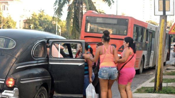 La Havane, arrêt bus, taxi, transports scolaires sur le Paseo, décembre 2014.