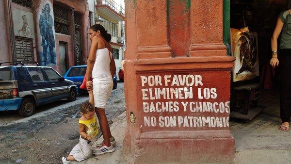 """La Havane, parole de riverains : """"merci d'éliminer les nids de poule et les flaques, c'est pas du patrimoine"""". Novembre 2015."""
