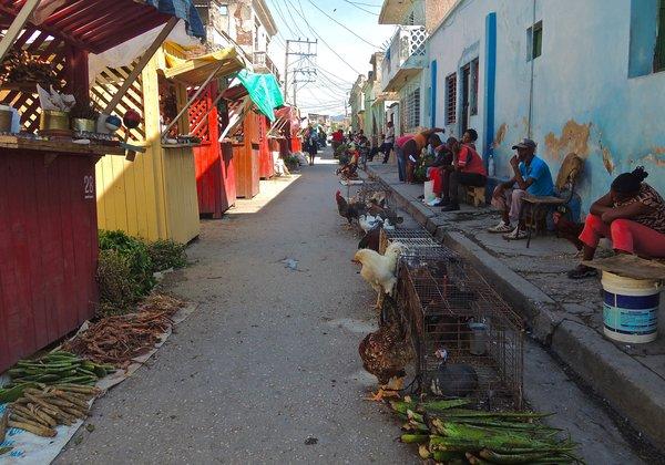 Des poules au Mercado de Encantos, Santiago de Cuba, 2015.