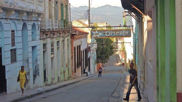 Santiago de Cuba, calle Enramadas et enseigne du Ciné Oriente sur fond de Sierra Maestra, 2015.