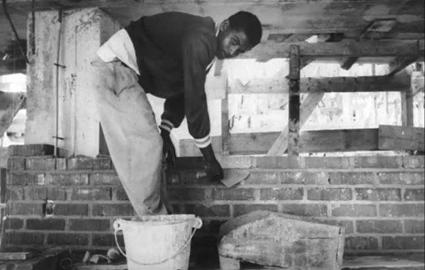 Photogramme du film d'Agnès Varda Salut les Cubains 1963 : un maçon sur le chantier de l'école de danse.