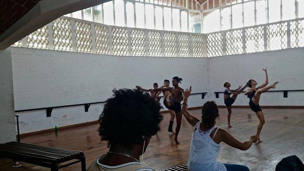 Une classe de danse contemporaine dans la mythique école de danse de l'ISA, octobre 2015.