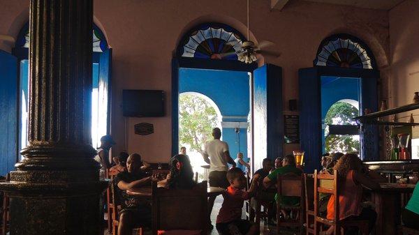 Matanzas, café La Vigia, toujours frais sous ses très hauts plafonds et bruissant d'activités. Et maintenant il y a le wifi.