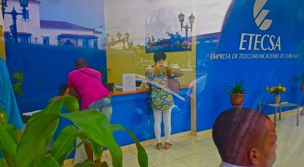 Santiago de Cuba, boutique Etecsa pour acheter ses cartes wifi.