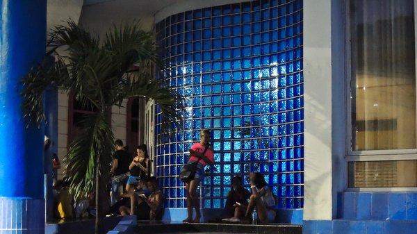 Après la fermeture les connexions continuent à Santiago de Cuba, même sous la pluie.