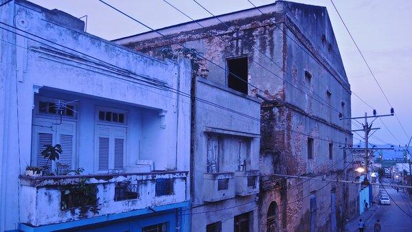 Santiago de Cuba, aube, façade arrière du Ciné Teatro Oriente 2015
