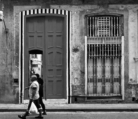 Intervention de Daniel Buren dans la Calle San Rafael, Biennal de La Habana 2015