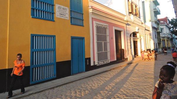 La Havane : on joue aux dominos dans la callle Leonor Pérez récemment réhabilitée, 31 décembre 2015.