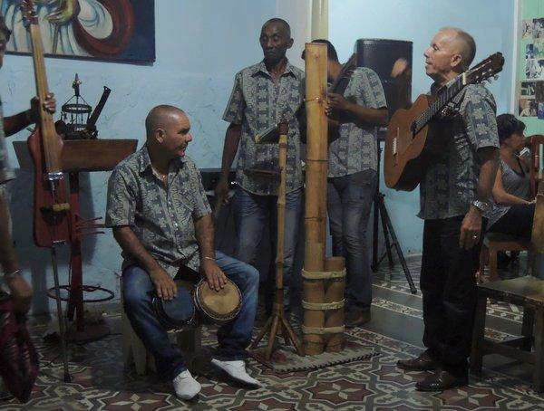 Septeto Cañambu en octobre 2015 à la Casa de las Tradiciones. Attention, sous son air sommaire cet instrument est très puissant et produit des harmoniques impressionnants !